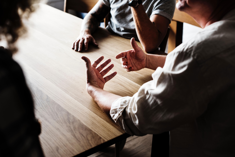 Gruppe diskutiert am Tisch